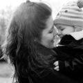 câlin entre une mère et son petit garçon