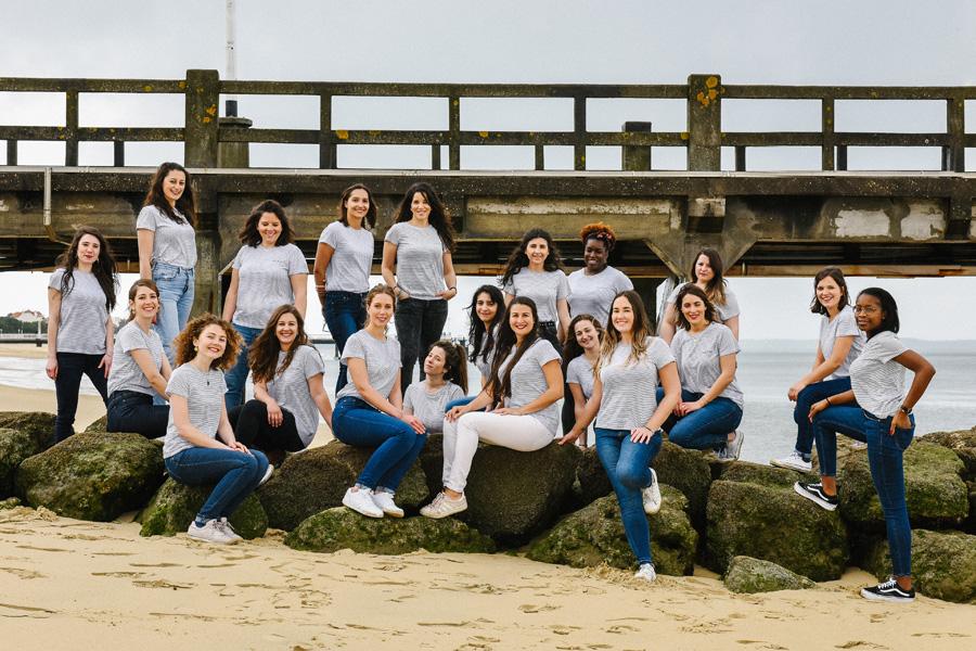 photo de groupe de filles sur des rochers au bord de la mer