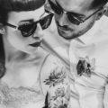 Un couple tatoué pose dans la nature